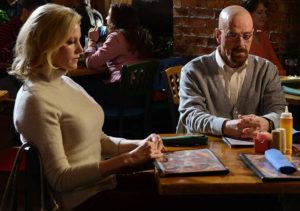 Skyler及Walter在與Hank及Marie談判時穿著米色
