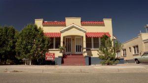 Jesse向Jane租的房子外觀是黃色跟紅色