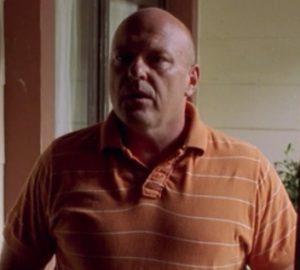Hank穿橘色上衣