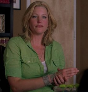 Skyler與她的律師談論到發現Walter的錢時穿綠色襯衫