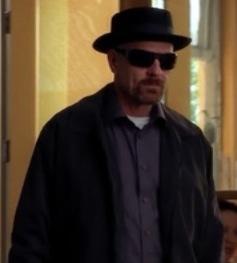 Walter穿著黑色,經典的Heisenberg造型
