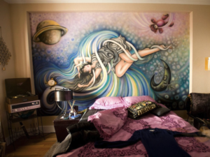 Jane房間牆上的畫,可以看到右上角有粉紅色泰迪熊
