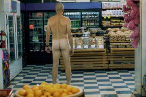 Walter沒穿衣服走在店裡。右邊架上可以看到粉紅色泰迪熊