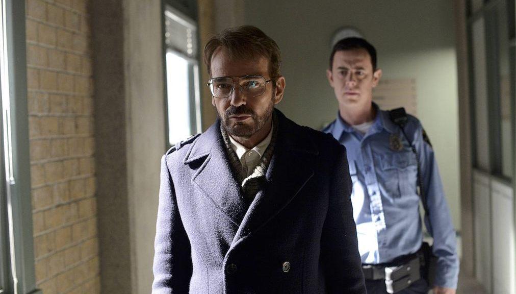 Gus Grimly看著Lorne Malvo從警局被釋放。